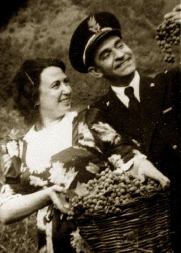 Mamma Giuseppina e papà Espedito alla vendemmia